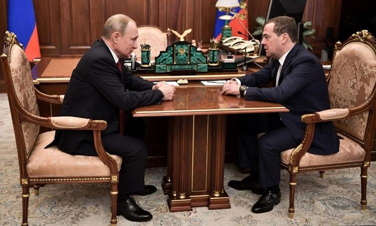Thủ tướng Nga Dmitry Medvedev và Tổng thống Putin tại Moskva ngày 15/1. Ảnh: AFP.