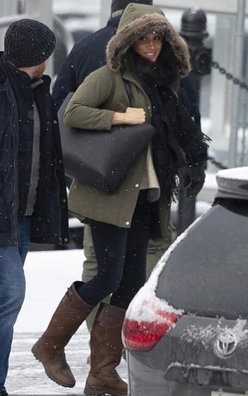 Nữ công tước xứ Sussex tươi cười khi rời ngôi biệt thự ở đảo Vancouver, Canada hôm 14/1. Ảnh: Splashnews.