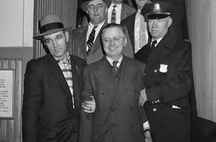 George chọn mặc áo vét cài hai hàng cúc khi bị bắt giữ. Ảnh: AP.