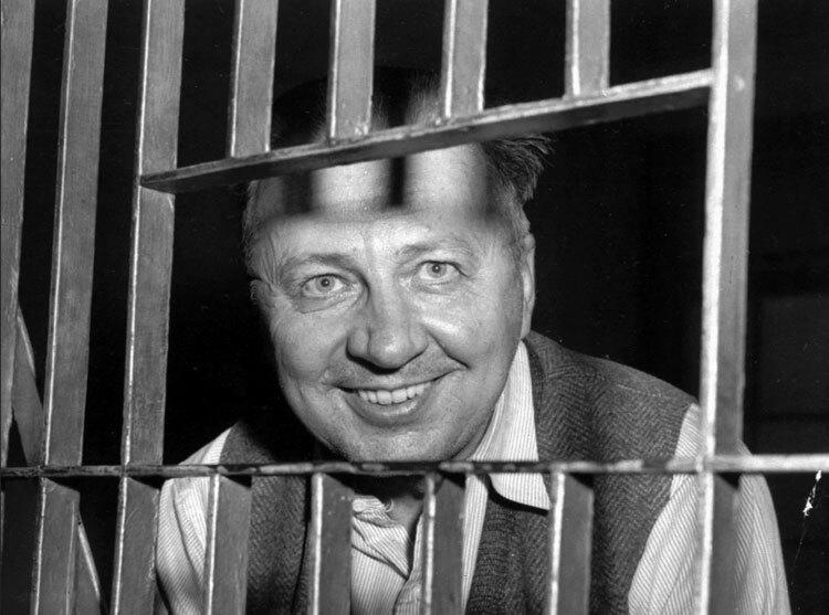 George cười tươi sau song sắt trại giam thành phố Waterbury, bang Connecticut. Ảnh: AP.