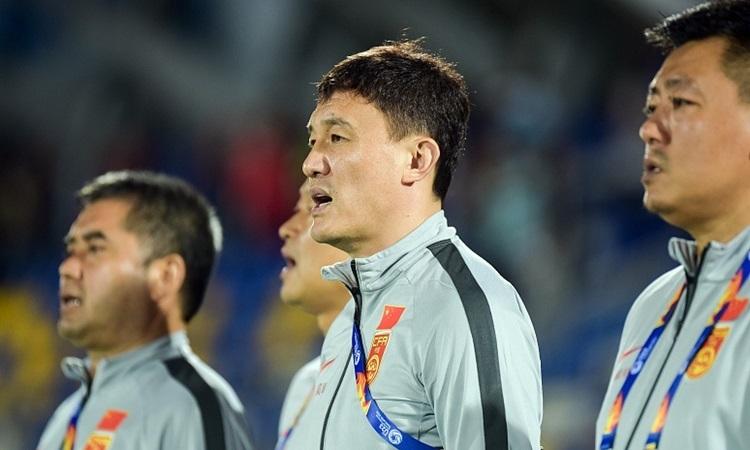 HLV Hác Vĩ (giữa) chịu nhiều sức ép khi Trung Quốc bị loại sớm ở U23 châu Á. Ảnh: Sina.