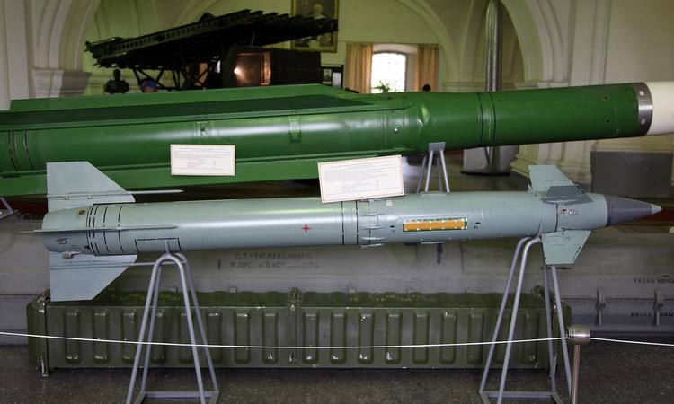Tên lửa 9M330 của hệ thống Tor (xám) so với quả đạn của tổ hợp phòng không tầm trung Buk. Ảnh: Wikimedia Commons.