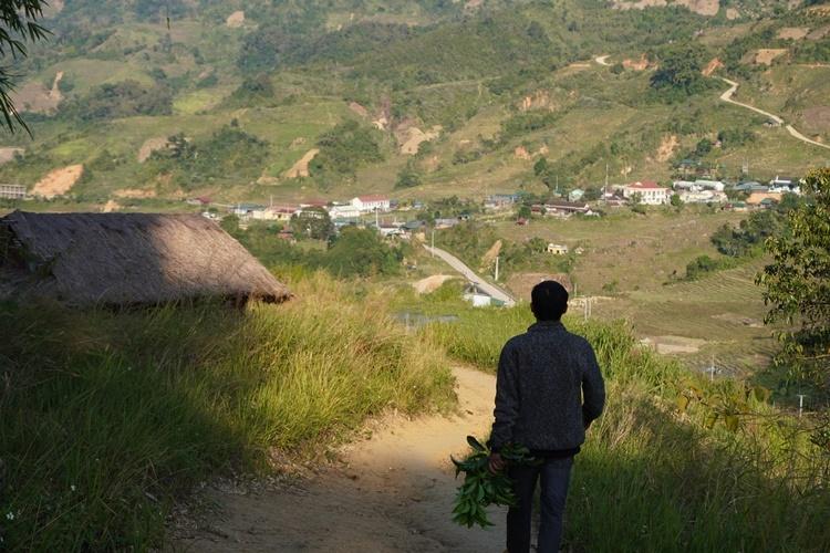Thầy Tuấn trở về nhà sau một ngày dạy học ở điểm trường Đăk Nai. Ảnh: Trần Hóa.