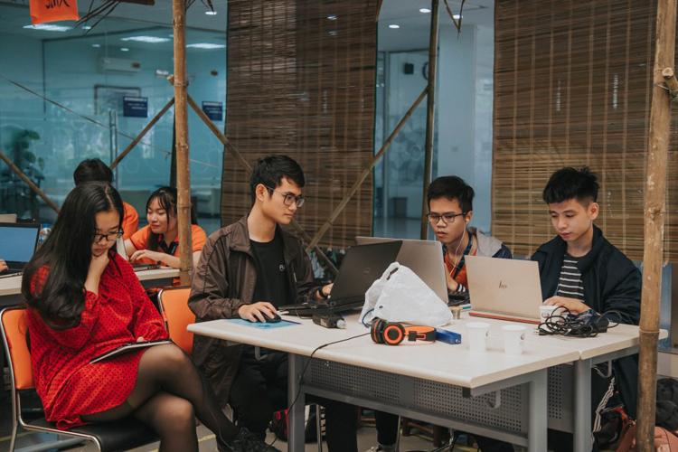 Các thành viên LMAN thuyết trình về sản phẩm trước ban giám khảo FPT Edu Hackathon 2019.