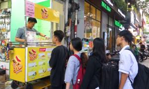 Xếp hàng ăn kem kẹp