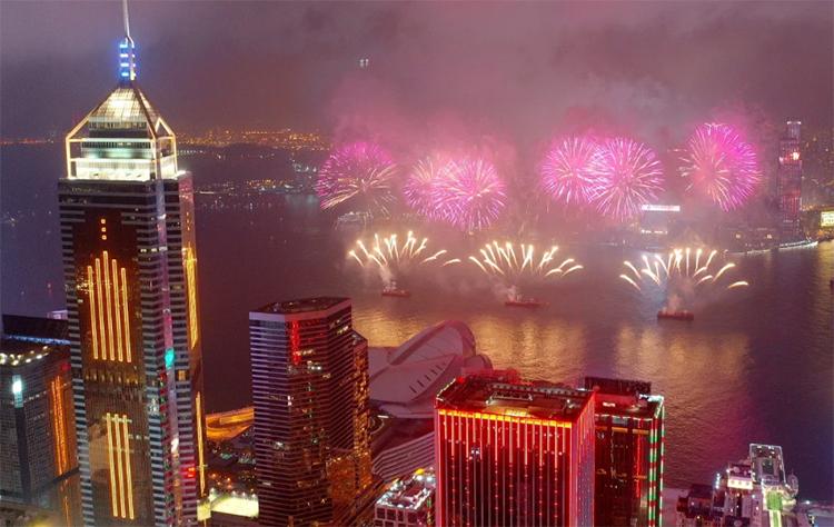 Màn pháo hoa mừng năm mới Âm lịch vào năm ngoái tại cảng Victoria, Hong Kong. Ảnh: SCMP