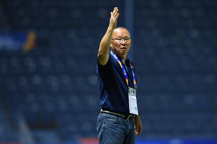 HLV Park Hang-seo chỉ đạo các cầu thủ trong trận đấu với Jordan ở sân Buriram, tối 13/1. Ảnh: AFC.