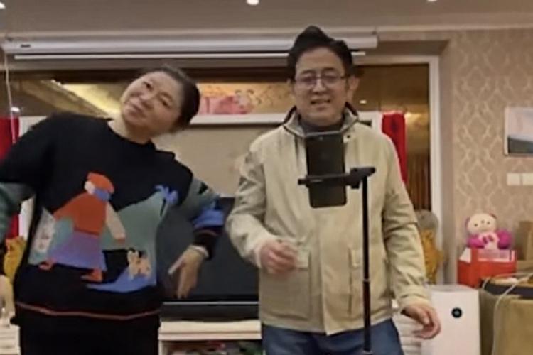 Bố mẹ của Tao hát và nhảy trong video giục con trai cưới vợ. Ảnh: SCMP