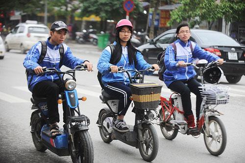 Ba học sinh đi xe điện tại Hà Nội. Ảnh: Giang Huy