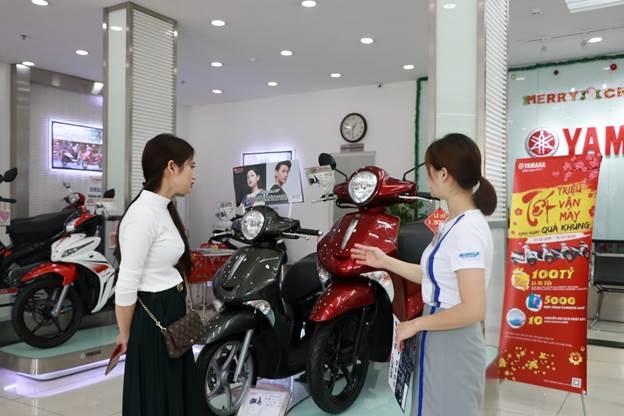 Một khách hàng nữ xem xe Yamaha tại đại lý chính hãng.
