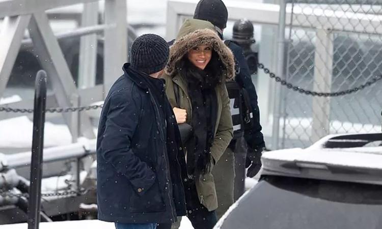 Meghan Markle rời căn biệt thự trên đảo Vancouver, Canada ngày 14/1. Ảnh: Splashnews.