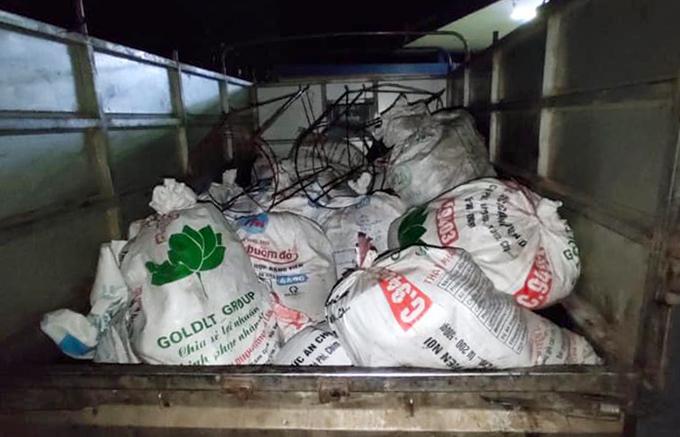 Bì tải đựng mỡ bẩn chất sau thùng ôtô tải. Ảnh: Hùng Lê