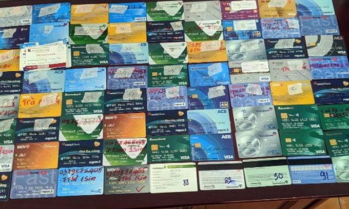 Cơ quan điều tra thu giữ 117 thẻ ATM trong đường dây đánh bạc trực tuyến xuyên quốc gia.Ảnh. Bộ Công an