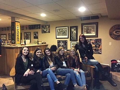Tại sao sáu cô gái nhưng chỉ có năm đôi chân?