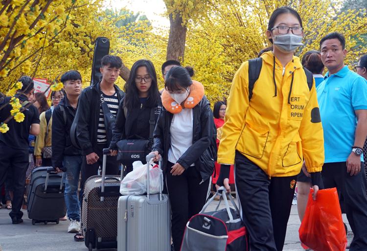 Sinh viên lên xe về quê đón Tết tại Nhà văn hoá Thanh niên. Ảnh: Mạnh Tùng