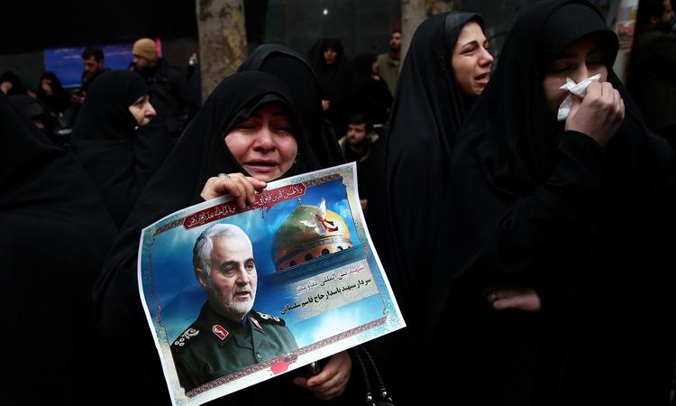 Người dân cầm ảnh tướng Soleimani trong lễ tưởng niệm ông tại Tehran, Iran hôm 4/1. Ảnh: Reuters.