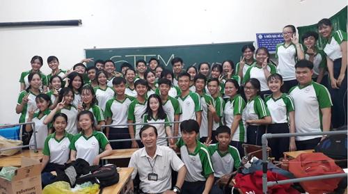 Thầy Trang Minh Thiên chụp ảnh cùng các học sinh trường THPT Việt Dũng, thành phố Cần Thơ.