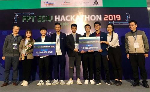Đội LMAN (bên phải) nhận giải ba FPT Edu Hackathon 2019.