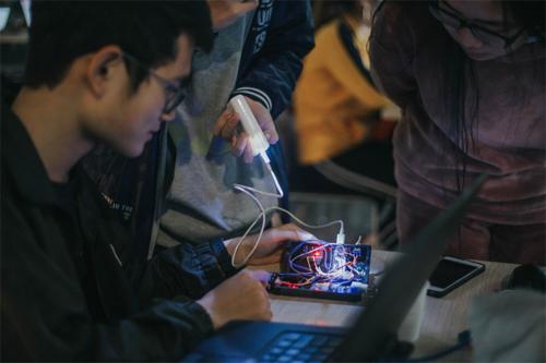 Chú thích Ảnh 2: Nhóm LMAN test sản phẩm trong cuộc đua nước rút lập trình và hoàn thiện sản phẩm liên tục trong hai ngày.