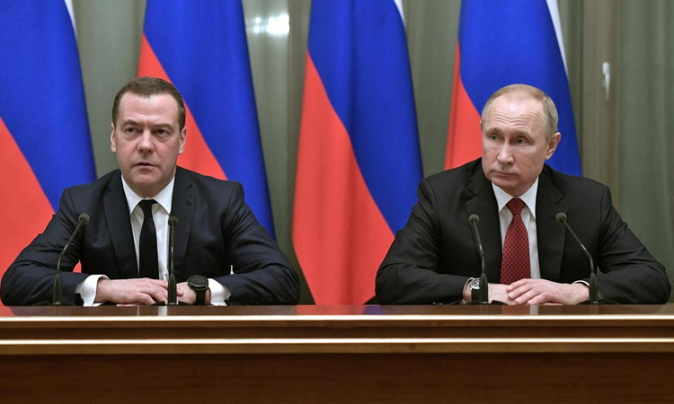Thủ tướng Nga Dmitry Medvedev (trái) và Tổng thống Nga Vladimir Putin tại Moskva hôm 15/1. Ảnh: AP.