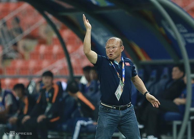 HLV Park Hang-seo chỉ đạo các cầu thủ Việt Nam trong trận đấu với Triều Tiên. Ảnh: Đức Đồng.