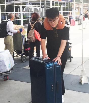 Bạn Quem Nguyen, du học sinh đến từ TP HCM, vừa xuống sân bayMelbourne, đang chờ người thân đón. Ảnh: Thoại Giang.