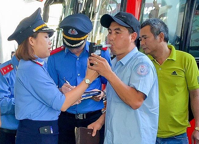Thanh tra giao thông Đà Nẵng đo nồng độ cồn tài xế trước giờ xuất bến. Ảnh: Trung Nghĩa.