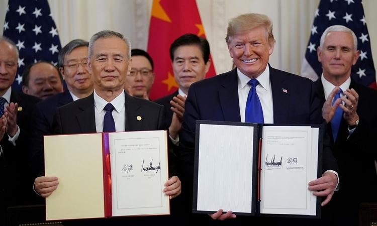 Phó Thủ tướng Trung Quốc Lưu Hạ (trái) và Tổng thống Mỹ Donald Trump tại lễ ký thỏa thuận thương mại giai đoạn một tại Nhà Trắng hôm 15/1. Ảnh: Reuters.