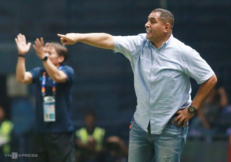 HLV Ahmed Abdel-Qader chỉ đạo cầu thủ khi Jordan hoà Việt Nam 0-0 tại Buriram ngày 13/1. Ảnh: Lâm Thoả