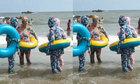 Nhóm phụ nữ mặc kín mít khi đi tắm biển