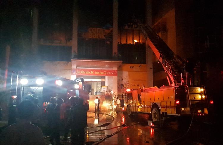 Lực lượng cứu hộ đang tiếp cận toà nhà dập lửa. Ảnh: Lê Hoàng