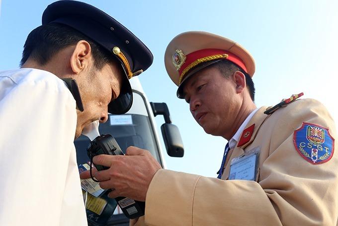 Cảnh sát kiểm tra nồng độ cồn của lái xe. Ảnh: Bá Đô.
