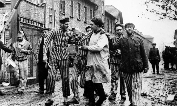 Bác sĩ Hồng quân(áo trắng) và nhómtù nhân tại trại Auschwitz tháng 1/1945. Ảnh: Al Jazeera America.