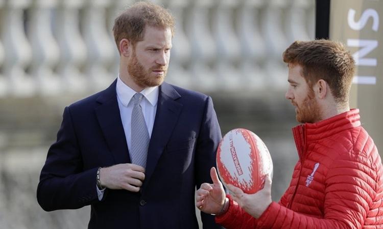 Hoàng tử Harry trò chuyện với đại sứ giải World Cup bóng bầu dục 2020 tại Điện Buckingham hôm nay. Ảnh: AP.