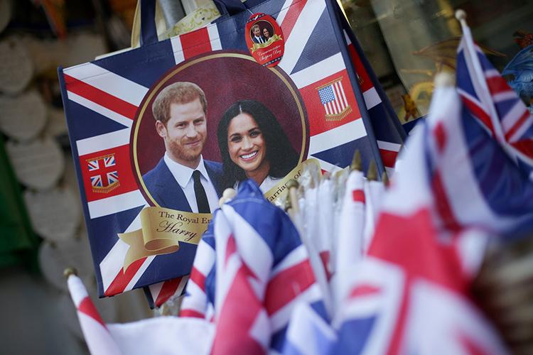 Đồ lưu niệm chào mừng đám cưới của Harry - Meghan tháng 5/2018 tại một cửa hàng ở Anh. Ảnh: AFP