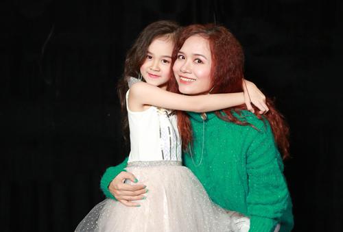 Thạc sĩ Nguyễn Thị Lan Anh và con gái - bé Sena.