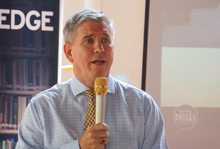 Ông Ian Gibbons công bố dự án tại buổi họp báo chiều 16/1. Ảnh: Mạnh Tùng.
