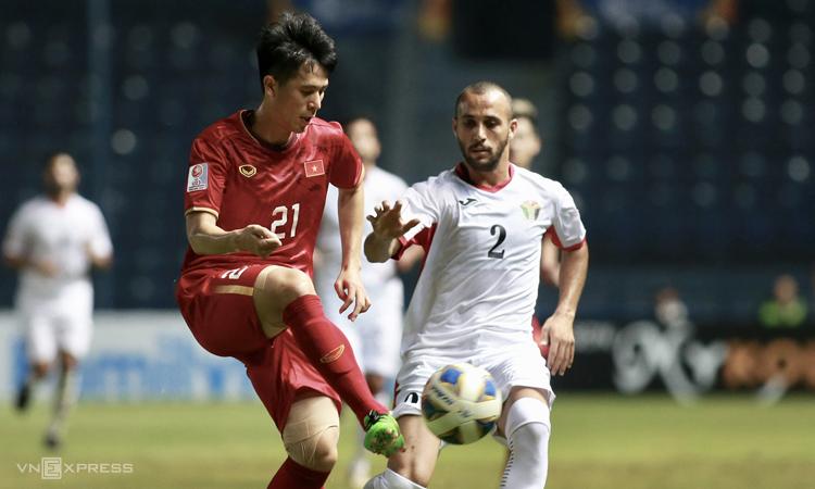 Đình Trọng vào sân từ ghế dự bị ở hai trận gặp UAE và Jordan do chưa đạt 100% thể lực. Sự xuất hiện của trung vệ Hà Nộicải thiện đáng kể khả năng phòng ngự của Việt Nam. Ảnh: Lâm Đồng.