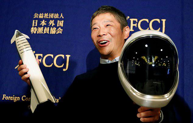 Tỷ phú Nhật Bản Yusaku Maezawa trong một cuộc họp báo hồi tháng 10. Ảnh: Reuters