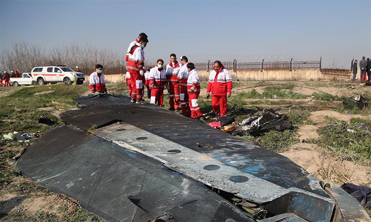 Nhân viên tìm kiếm cứu nạn Iran tại hiện trường chiếc Boeing 737-800 số hiệu PS752 rơi ngày 8/1 khiến 176 người thiệt mạng. Ảnh: AFP.