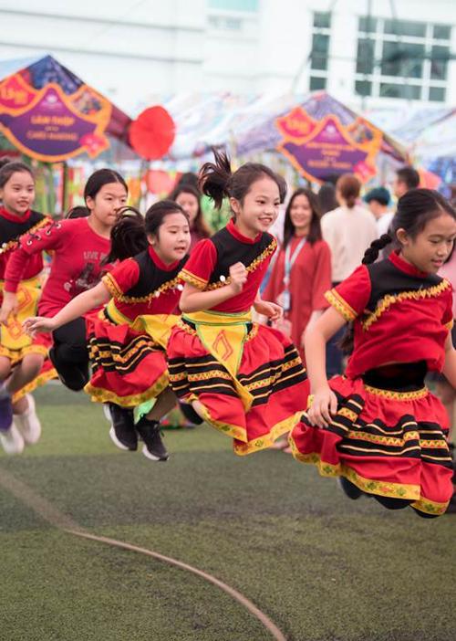 Trò chơi nhảy dây tập thể thu hút nhiều nhóm thử sức.
