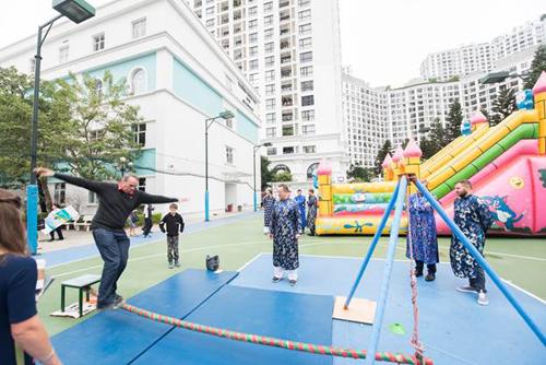 Khách nước ngoài hào hứng tham gia các trò chơi dân gian Việt Nam.