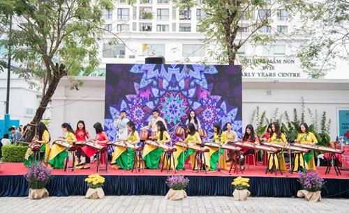 Các thành viên của CLB đàn tranh Sông Tranh từ Học viện âm nhạc Quốc gia Việt Nam mang đến tiết mục đàn tranh đặc sắc.