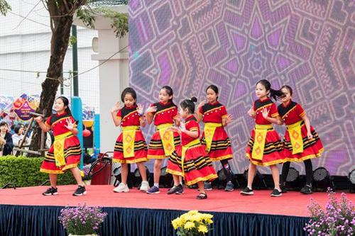 Các em học sinh BVIS Hà Nội cũng mang đến những tiết mục nhảy mang đậm bản sắc dân tộc.