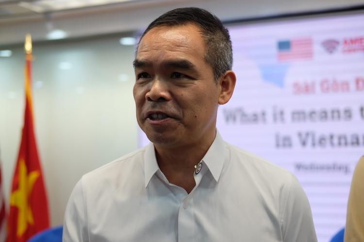 Nhà văn Andrew Lâm nói chuyện với khán giả sau sự kiện tại TP HCMtối 15/1. Ảnh: Nhật Duy.