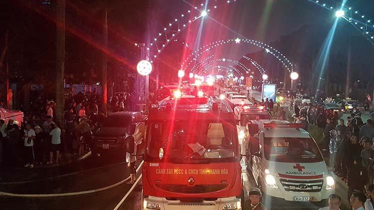 Đêm qua, nhà chức trách huy động hàng chục xe chữa cháy và cứu thương đến hiện trường khống chế lửa và đưa người đi cấp cứu. Ảnh: Lê Hoàng.