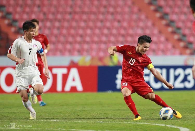 Quang Hải bị đối phương theo sát, không có được bàn thắng nào tại giải U23 châu Á 2020. Ảnh: Lâm Thoả