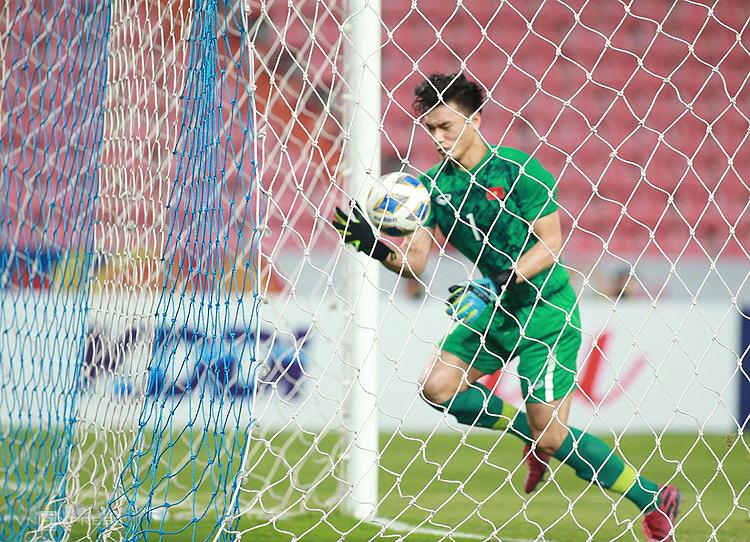 Bùi Tiến Dũng mắc sai lầm trong trận Việt Nam thua Triều Tiên 1-2 trên sân Rajamangala tối 16/1. Ảnh: Lâm Thoả