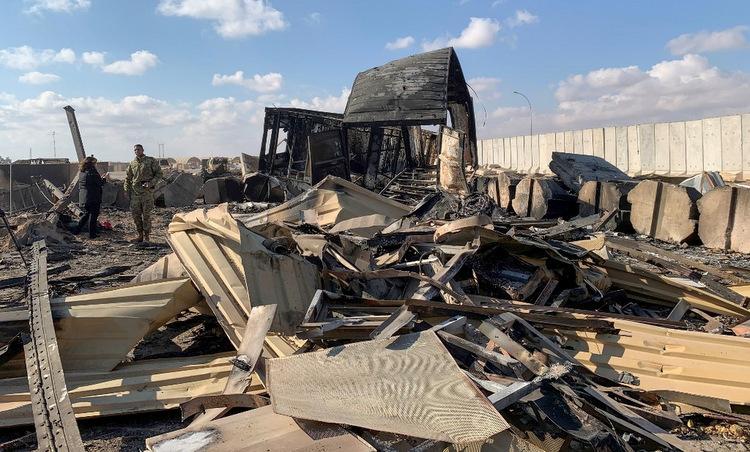 Một khu vực bị phá hủy tại căn cứ Ain al-Asad sau cuộc tập kích hôm 8/1. Ảnh: AFP.