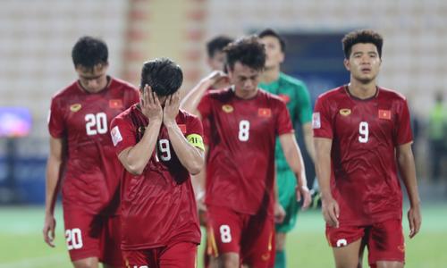 Cầu thủ Việt Nam cúi đầu rời giải U23 châu Á Sea Games 2019 - VnExpress
